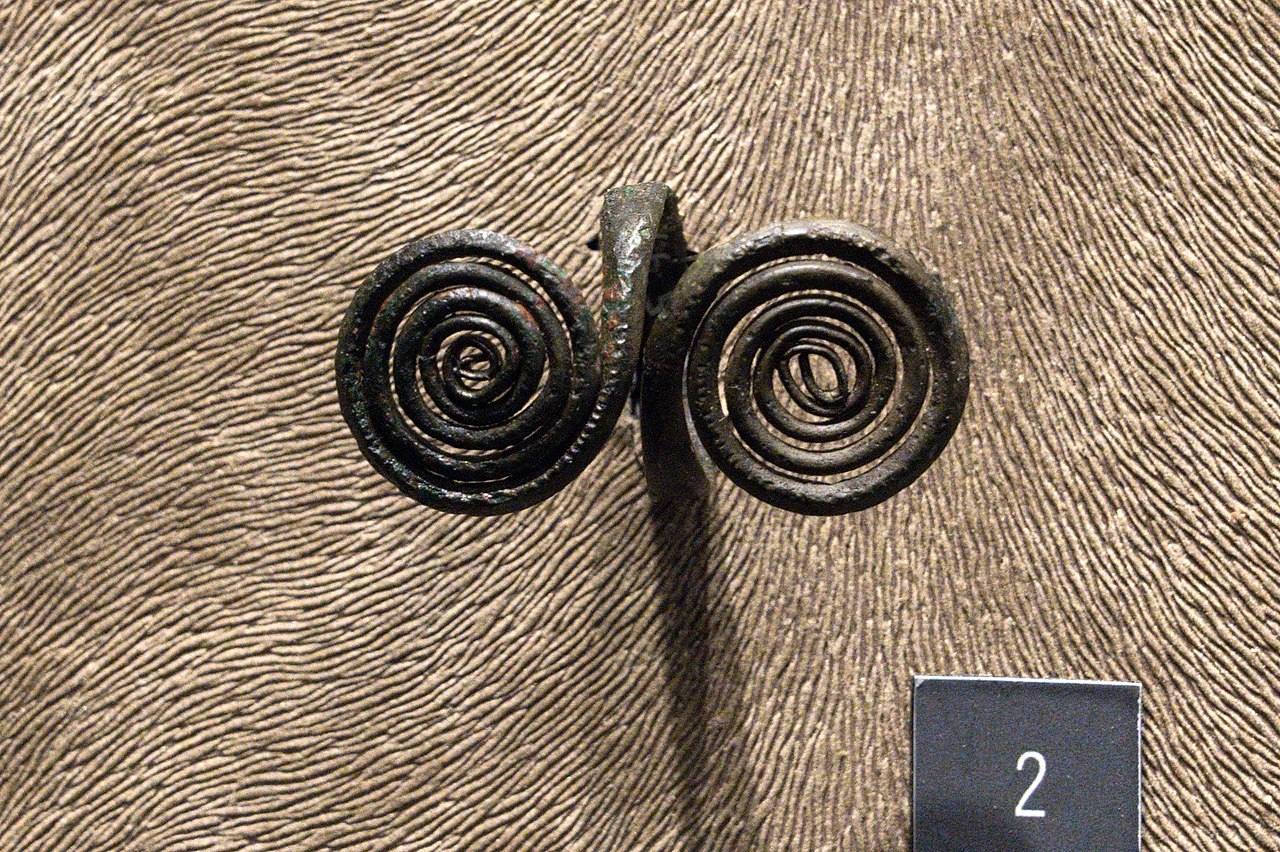 Bronze ring, from the Tumulus culture of the Middle Bronze Age. The City of Prague Museum. Zde.